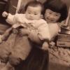 親戚の厚子さんに抱かれる異母姉ひとみさん
